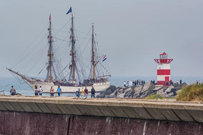 De bark Europa komt na 81 dagen op zee weer in de Scheveningse haven aan.