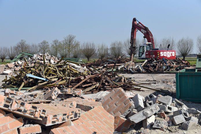 De voormalige bedrijfsgebouwen en drie leegstaande woningen op het Hof te Zandplein in Kloosterzande worden gesloopt.