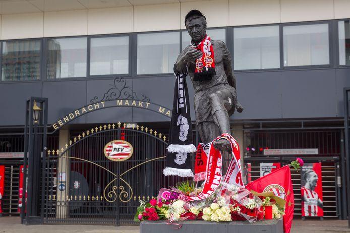 Bloemen bij het beeld van Willy van der Kuijlen voor het Philips Stadion.