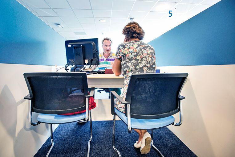Een arbeidsbemiddelaar van het UWV. Beeld Foto Guus Dubbelman / de Volkskrant