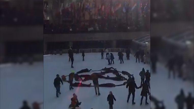 De activisten hielden een 'die-in' aan het Rockefeller Center in New York.