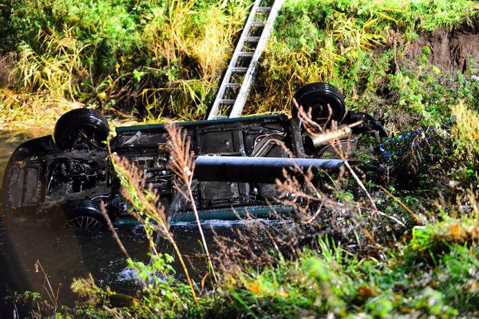 Het is nog onbekend hoe de auto in het water terecht kon komen.