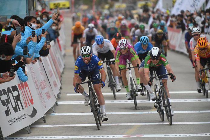 Mark Cavendish (l) wint, nipt voor Philipsen.