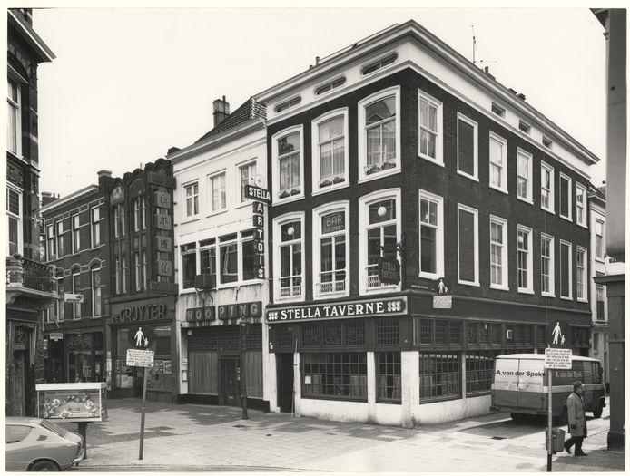 Op de hoek van het Plein in Den Haag was het alleen in de ochtend stil in 1975.