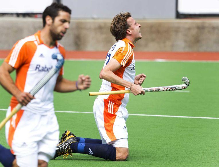 2012-12-04 MELBOURNE - Quitijn Caspers (R) heeft gescoord tijdens de hockeywedstrijd tussen de mannen van Nederland en Belgie (5-4) bij de Champions Trophy hockey in Melbourne. Links Valentin Verga. ANP KOEN SUYK Beeld ANP