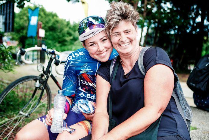 Lisa Klein werd tijdens de Baloise Ladies Tour vier dagen gevolgd door haar moeder: samen glunderen ze na haar tweede eindwinst in deze rittenkoers.