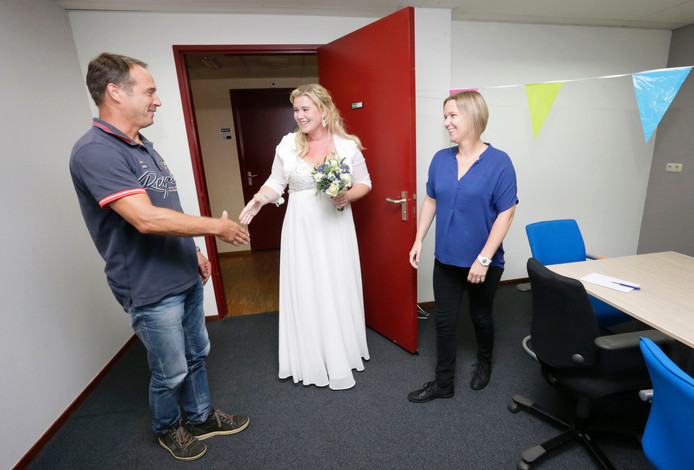 Stefanie in haar trouwjurk bij haar sollicitatiegesprek. Ze kreeg meteen te horen dat ze de baan heeft gekregen.