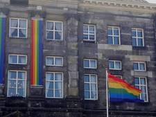 Straatbeeld: de regenboogvlag wappert