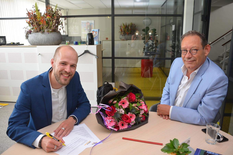 Martijn Brama (links) is de nieuwe leerlingenbegeleider bij Bouwmensen Almelo. Directeur Robert Herman (rechts) is blij met deze keuze.