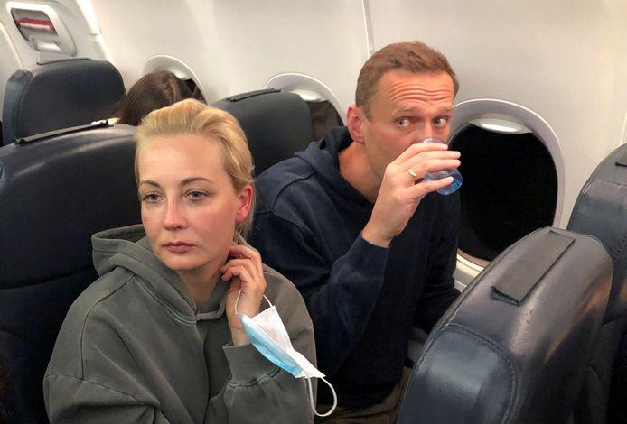 Julia Navalny met haar man tijdens hun terugvlucht naar Rusland op 17 januari. Bij aankomst in Moskou vloog Aleksej de cel in.