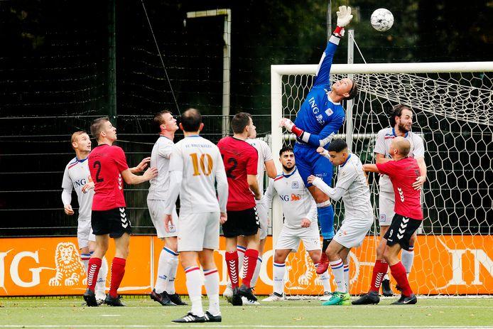 FC Breukelen-doelman Niels Neering met een redding, afgelopen oktober.