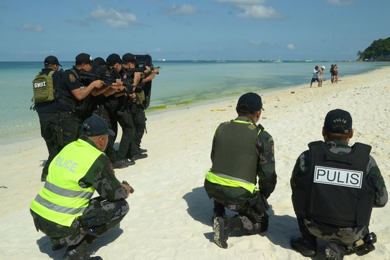 Filipijnse agenten tijdens een oefening om het vakantie-eiland Boracay van toeristen te ontdoen.  Beeld EPA
