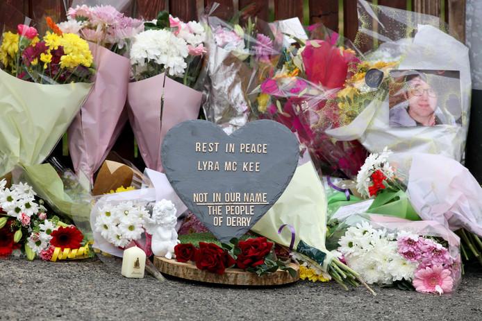 Bloemen en een plaquette op de plaats waar journaliste Lyra McKee werd vermoord.