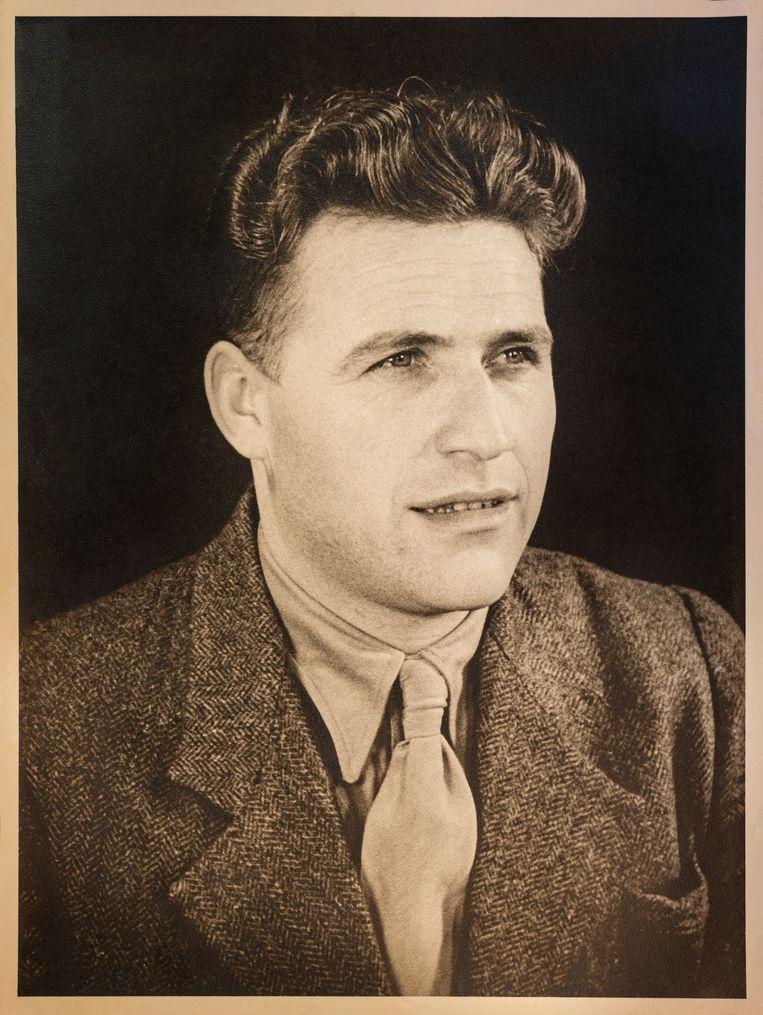 Willem van der Neut op een foto in een dossier bij Niod. Beeld Simon Lenskens