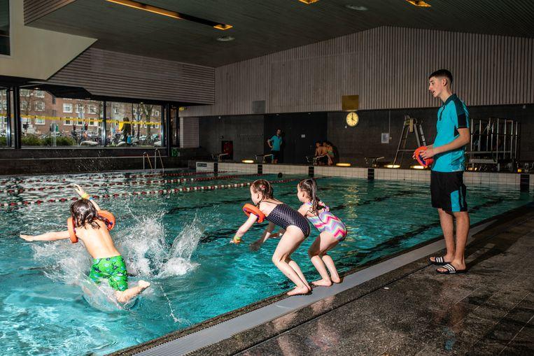 Er wordt weer zwemles gegeven aan kinderen bij Sportplaza Mercator. Beeld Nosh Neneh