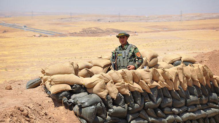 Koerdische strijder op wacht aan het front met IS. Beeld getty