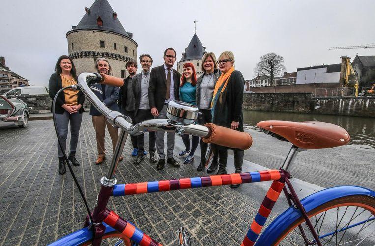 Bezoekers aan het stadsfestival kunnen zich verplaatsen op speciale fietsen.