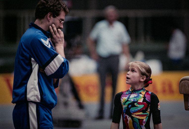 Turntalent Stasja Köhler en haar coach Gerrit Beltman tijdens turngala VSB Dutch Open in de Haagse Houtrusthallen.  Beeld Hollandse Hoogte / Nederlandse Freelancers