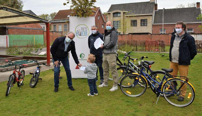 Wijkvereniging Hoge Akkerbloei schonk al cheques aan de fietsbib in Brasschaat.