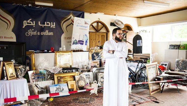 Younes Ouchan toont wat er allemaal geveild zou worden om de moskee te bekostigen. 'Maar mensen gaven gewoon geld.' Beeld © andreas van esbroeck