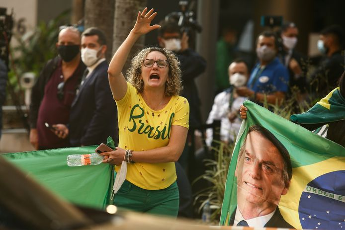A Bolsonaro supporter at the entrance of the hospital where the president is named.  (16/07/2021)