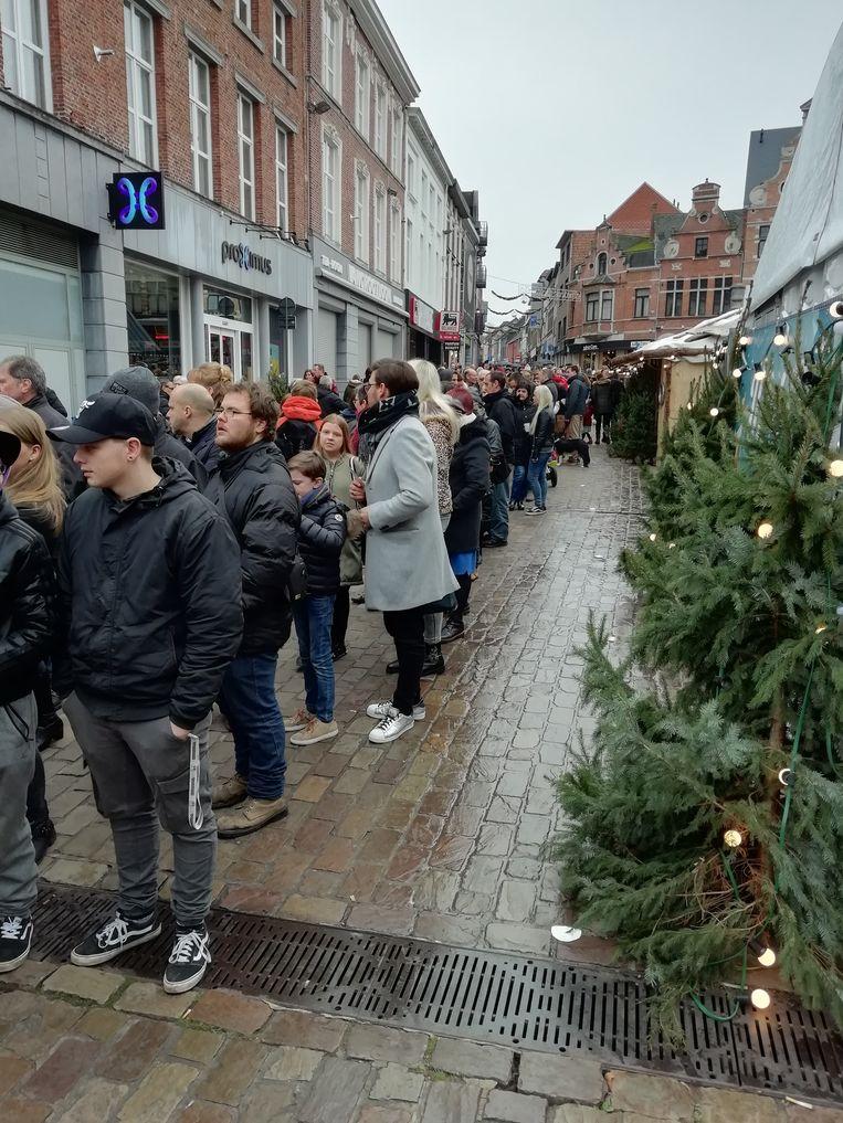 Aanschuiven van aan de Grote Markt en de Diestsestraat...