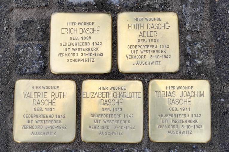 Edith Bartels krijgt een 'struikelsteen', zoals deze vijf voor de joodse familie Dasché uit Goirle.