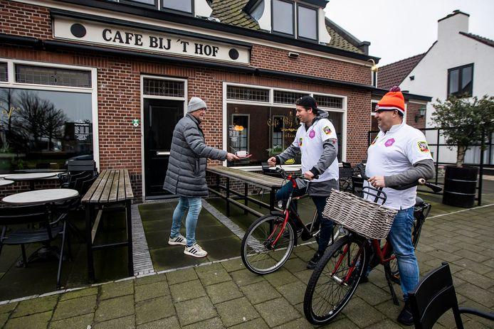 Ed Zwirs, Jan van Staalduinen en Danny de Quaasteniet bij café Bij 't Hof.