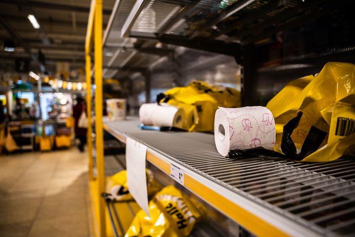 Alle wc-papier in de supermarkten raakte op, zoals hier bij de Jumbo in de Arnhemse wijk Rijkerswoerd.