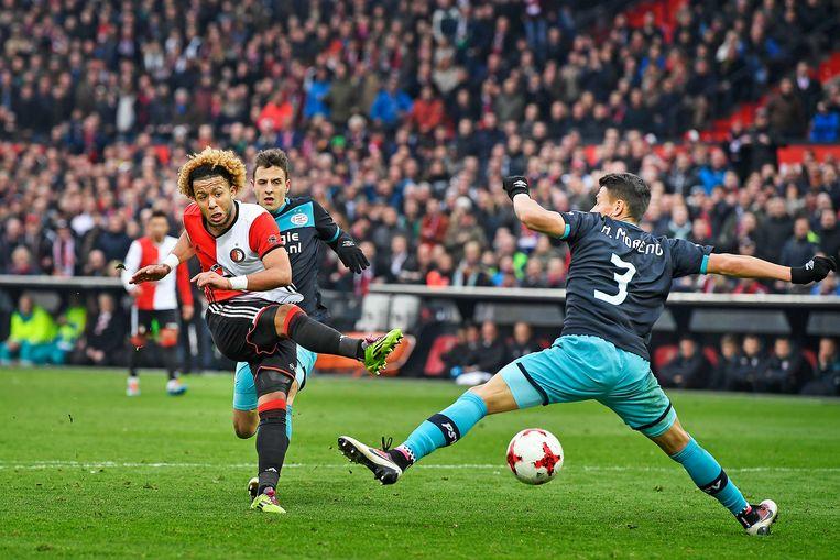 Feyenoord - PSV in februari 2017. Tonny Vilhena krijgt in blessuretijd een kans op de 3-1, maar wordt gestuit door Héctor Moreno. Beeld Guus Dubbelman / de Volkskrant