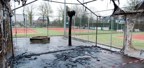 Tennisclub Heino krijgt bouwkeet en hoopt na ellende op betere tijden: 'Of blijven mensen na crisis individueel sporten?'