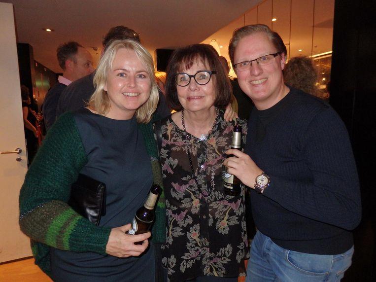 Liesbeth Willems (m, CitizenM): 'Van CitizenM Rotterdam gaan kunstenaars naar CitizenM Londen en New York.' Met kunstenaar Petra Hart en verzamelaar Bas Kuiper. Beeld Schuim