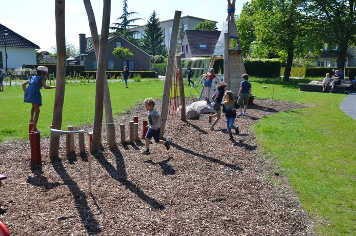 De vernieuwde speeltuin en zitelementen in het Raemdonckpark vielen meteen in de smaak.
