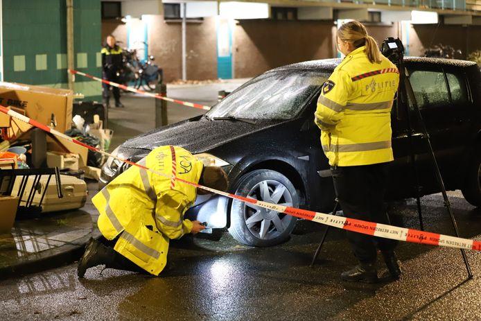 De politie doet onderzoek aan de auto.