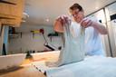Archieffoto: Bakker Nico aan het werk in de bakkerij achter zijn huis.