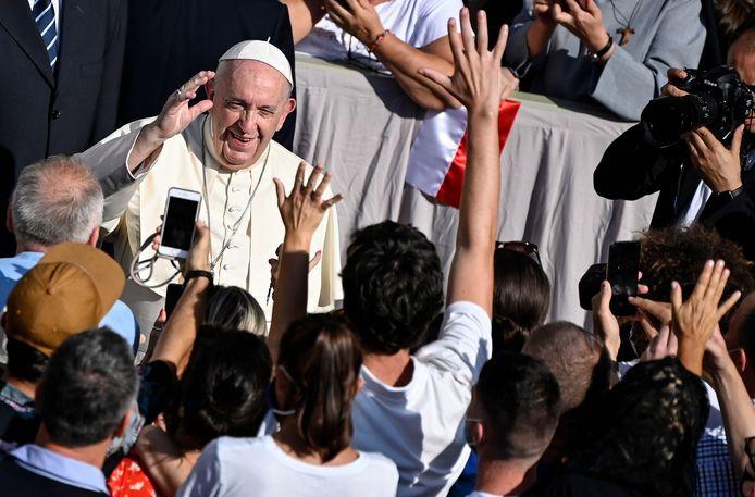 De paus draagt geen mondmasker tijdens zijn wekelijkse audiëntie.