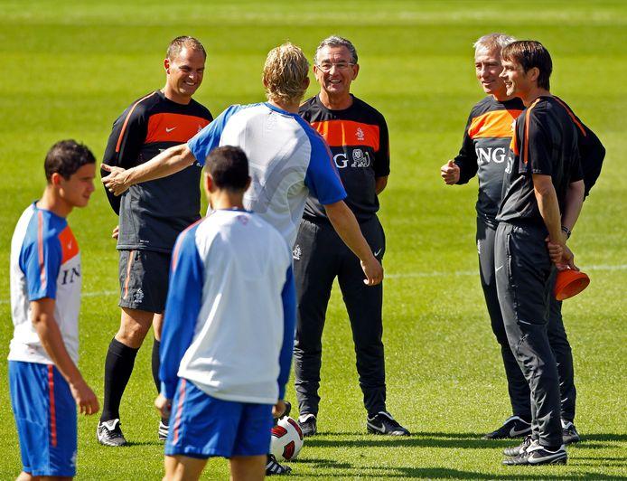 Frank de Boer, Cookie Voorn, Bert van Marwijk en Phillip Cocu hebben lol met Dirk Kuyt.