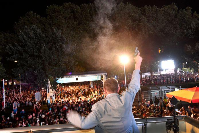 Marsleider Henny Sackers geeft het startschot voor de 102e editie van de Vierdaagse in Nijmegen, in 2018.