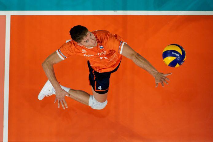 Volleyballen zit er voorlopig voor Thijs ter Horst, op de foto in actie voor het Nederlandse team afgelopen jaar, niet in. De international zit thuis in Perugia in quarantaine.