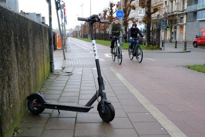 Wie regelmatig in de stad vertoeft, weet dat nogal wat gebruikers hun step midden op het voetpad durven achtergelaten.