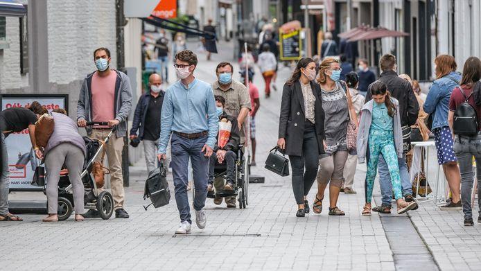 Het stadsbestuur van Kortrijk steunt de oproep van handelaars om de winkels opnieuw te mogen openen. Illustratiebeeld in het winkelwandelgebied in Kortrijk.