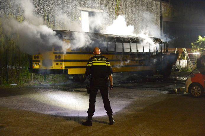 De schoolbus vloog zondagavond in brand.