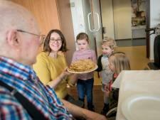 Kinderen uit Almelo eten pannenkoeken met 'ziekenhuis opa's en oma's'