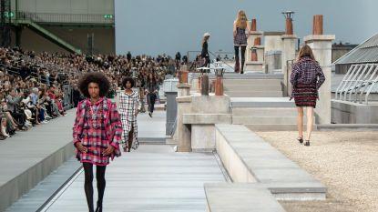 Vrouw wandelt doodleuk de catwalk van Chanel mee op, Gigi Hadid leidt haar eraf