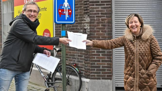 Groen overhandigt petitie met 600 handtekeningen vóór fietszones, maar stadsbestuur wil niets forceren