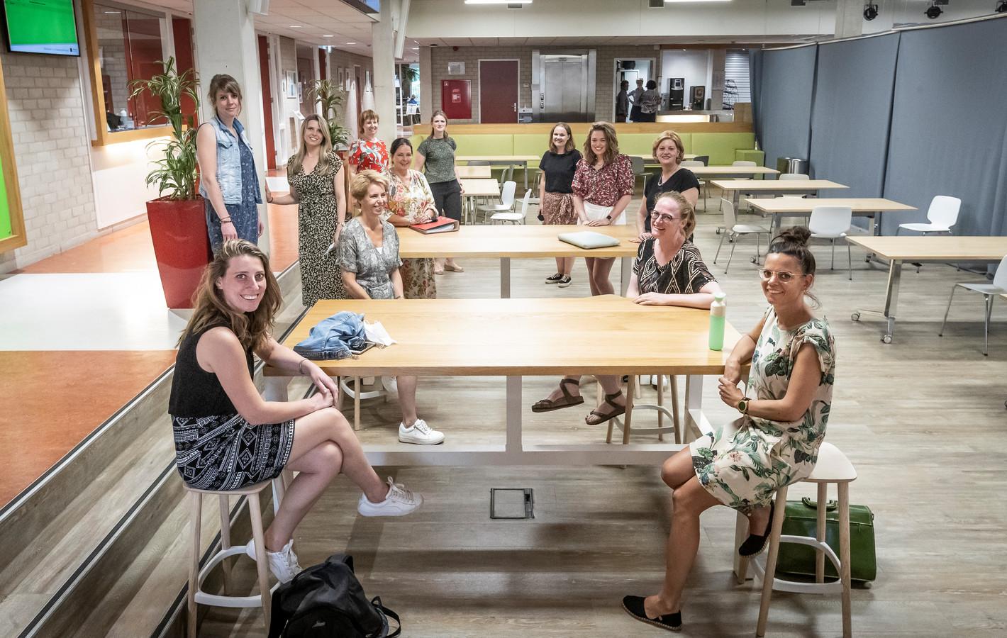 Enkele basisschoolleraren zijn op Hogeschool De Kempel in Helmond voor post-hbo nascholing. Zij zullen het moeten doen, want van een fikse extra instroom van studenten is bij de lerarenopleidingen nog geen sprake.