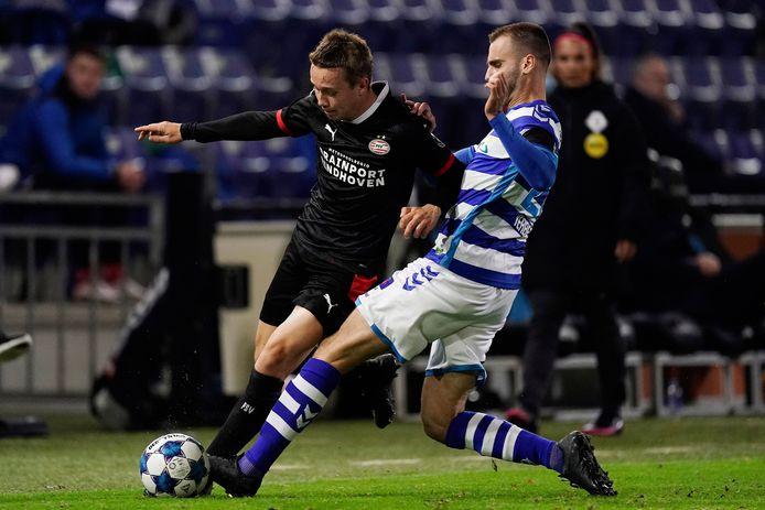 De Graafschap-voetballer Danny Verbeek (rechts) in actie tegen Jong PSV.
