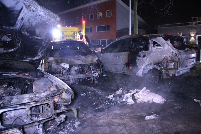 Drie auto's in de Lavendelstraat in Parkwijk werden verwoest door een brand.