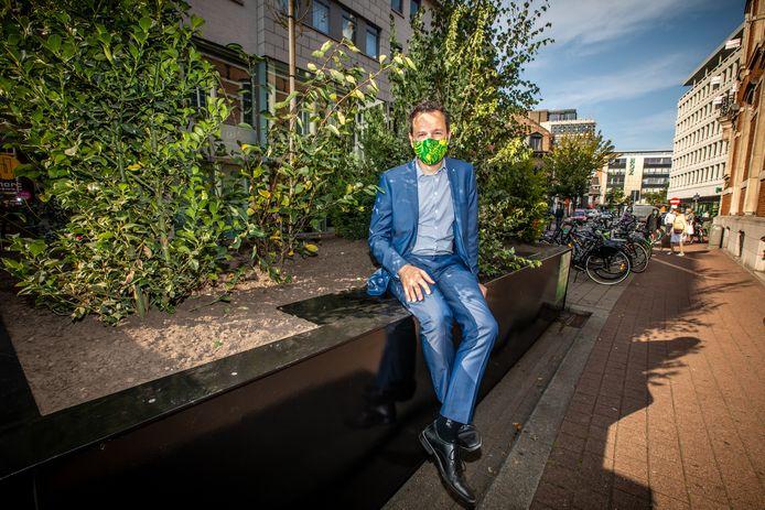 Schepen Joost Venken stelt de nieuwe pop-upparkjes voor op de Havermarkt.