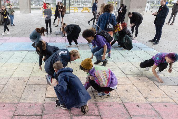 Op de TU in Eindhoven werd maandag op Coming Out Day ludiek geprotesteerd ten faveure van een regenboogzebrapad.